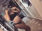 Aryane Steinkopf posa de lingerie para mostrar barriga da gravidez