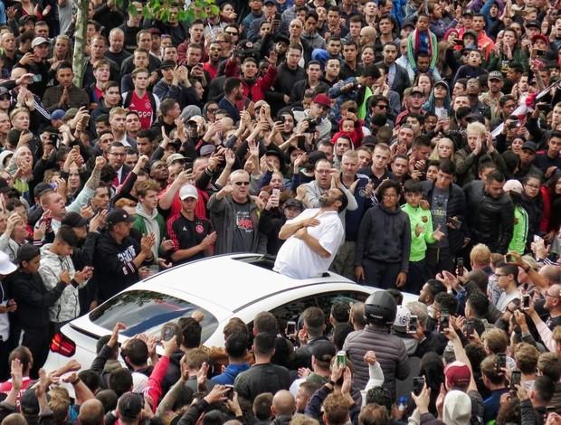 BLOG: Milhares de torcedores prestam apoio emocionante a jogador do Ajax; assista