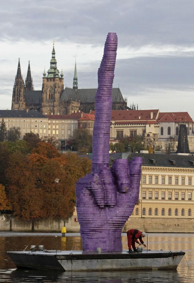 Instalação mostra mão com um gesto obsceno (Foto: David W. Cerny/Reuters)