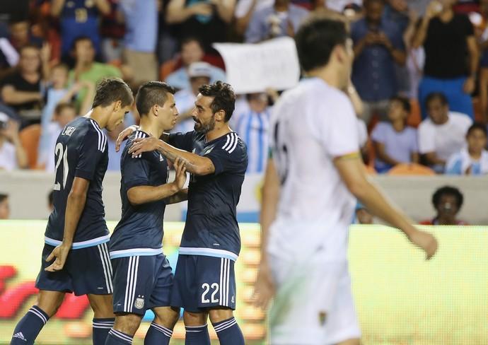 Agüero e Lavezzi comemoram gol da Argentina (Foto: Scott Halleran/Getty Images)
