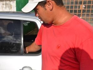 Vendedor mostra como agiu para retirar criança deixada dentro de carro, em João Pessoa (Foto: Walter Paparazzo/G1)