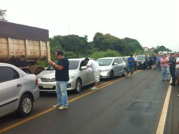 Carro pega fogo na BR-163 em Jaraguari MS (Foto: Alysson Maruyama/TV Morena)