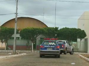 Carro da Polícia militar em Dormentes (Foto: Reprodução/ TV Grande Rio)