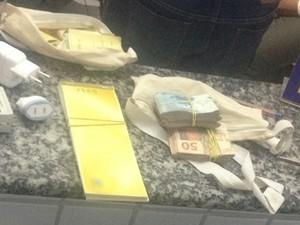Desempregado achou R$ 7 mil, cheques e outros objetos em mochila na BR-232 (Foto: Kamylla Lima/G1)