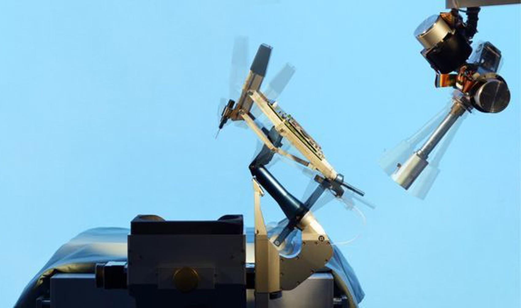 O robô é controlado por um joystick (Foto: Bart Van Overbeeke Fotografie)