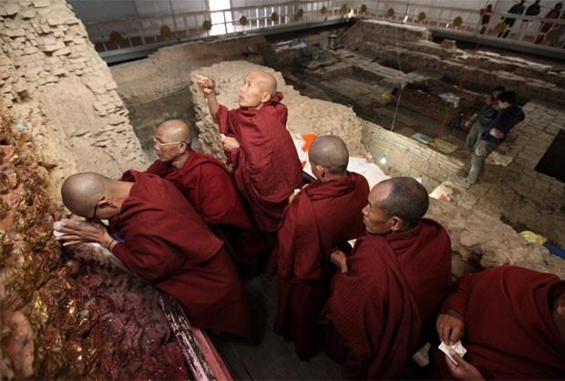 Monges rezam  no local do trabalho arqueológico (Foto: Ira Block/National Geographic)