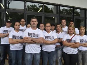 Família do modelo Rarison Ricardo protesta para cobrar tratamento médico do jovem (Foto: Cassio Albuquerque/G1)