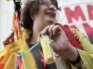 A advogada Adriana Gragani, de 60 anos, trouxe ao ato pequenos cartazes pendurados em fitilhos, onde pede transporte de qualidade e o fim da corrupção, além de uma pequena garrafa de vinagre (Foto: Caio Kenji/G1)