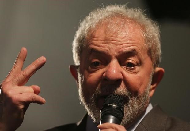 O ex-presidente Luiz Inácio Lula da Silva discursa em Curitiba após prestar depoimento ao juiz Sérgio Moro (Foto: Paulo Whitaker/Reuters)