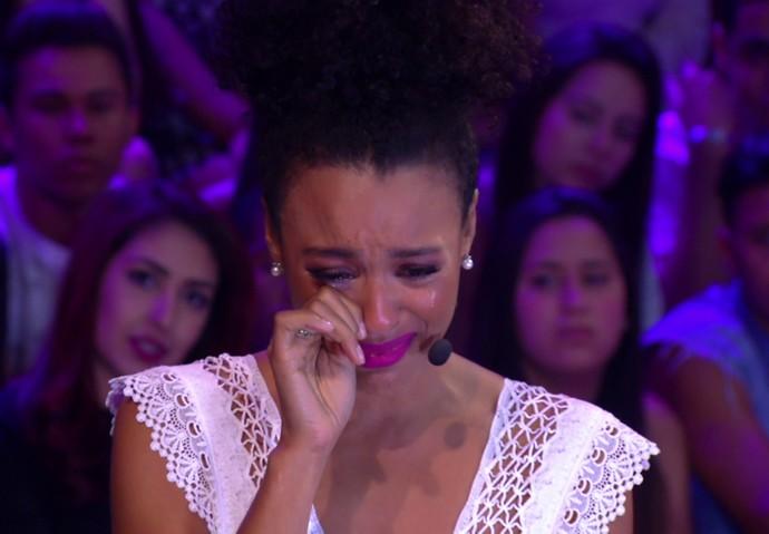 Sheron Menezzes chora ao ver o pai entrando no palco do 'Tamanho Família' (Foto: TV Globo)