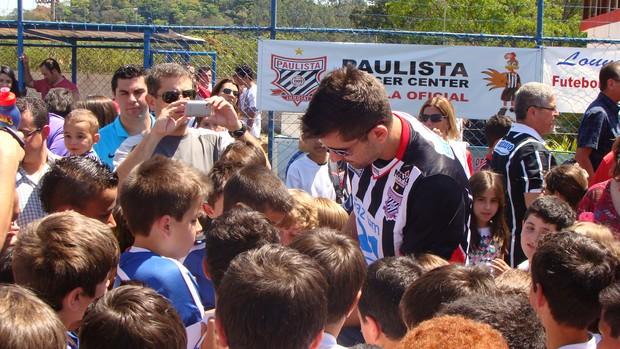 Victor, goleiro do Atlético-MG, é cercado por pequenos torcedores do Paulista de Jundiaí, seu clube de origem (Foto: Divulgação/Paulista)