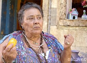 Mãe Benta se incomoda com troca de carinho entre as crianças (Foto: Meu Pedacinho de Chão/TV Globo)
