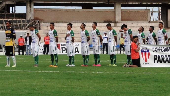 Equipes ficam perfiladas para a execução do hino nacional (Foto: Arthur Costa)