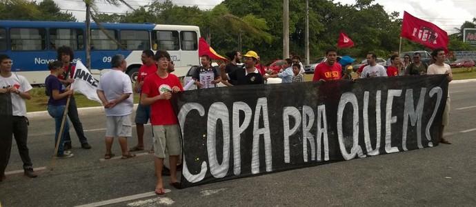 Protesto no Tour da Taça da Copa do Mundo em João Pessoa (Foto: Larissa Keren / GloboEsporte.com/pb)