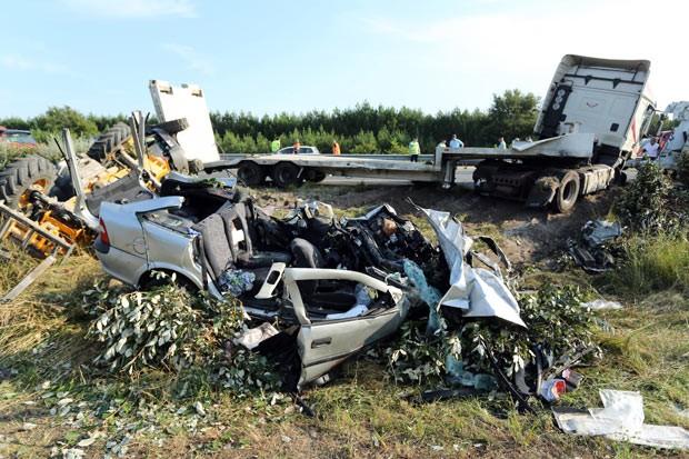 Destroços de carro acidentado neste sábado (13) próximo a Le Teich, na França (Foto: Nicolas Tucat/AFP)