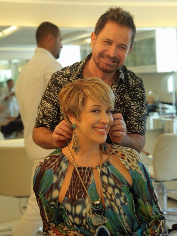 O cabeleireiro Wanderlei Nunes pegou a aponte aérea especialmente para fazer esta mudança (Foto: Artur Meninea/Gshow)