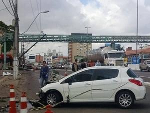 Carro bateu em poste e atingiu duas pedestres em Canoas (RS) (Foto: Guilherme Flores/Arquivo pessoal)