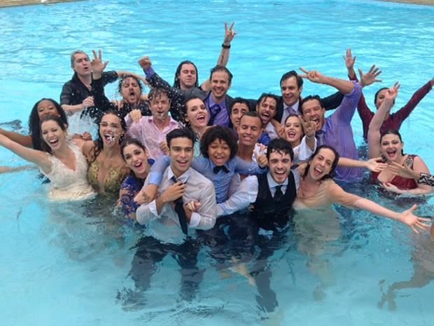 Elenco celebra sucesso da novela com muita alegria (Foto: Ana Paula Guimarães / TV Globo)