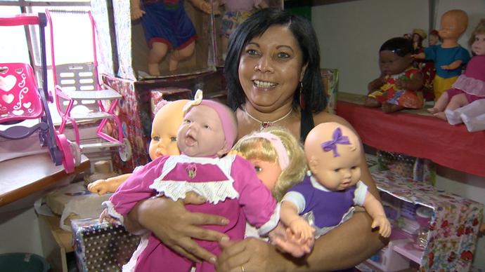 Sonia tem mais de 400 bonecas em casa (Foto: Divulgação / TV Gazeta ES)