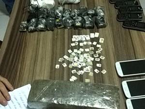 Drogas, aparelhos celulares e chips foram apreendidos com o agente penitenciário (Foto: Batalhão de Choque da PM)