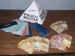 Cheques e dinheiro apreendidos em São Gonçalo do Pará (Foto: Policia Militar/Divulgação)