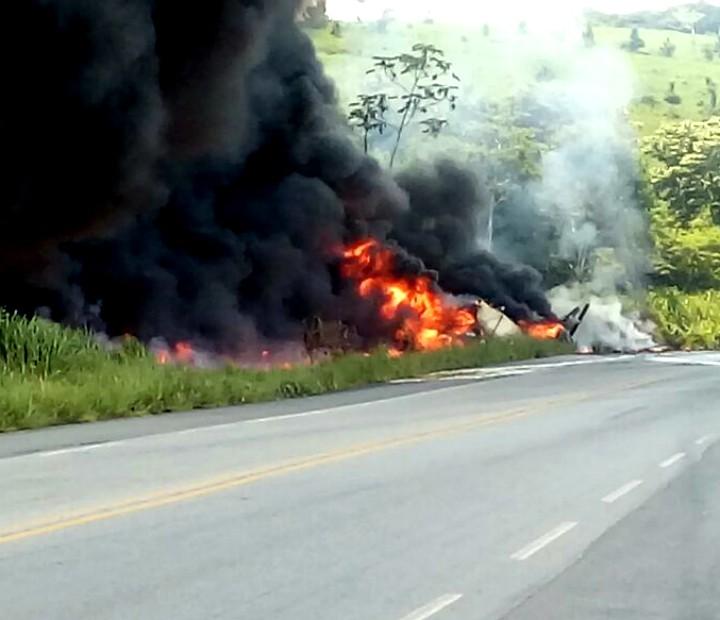 Caminhão tombou após motorista perder controle da direção (Foto: Mabson Dantas/Acervo pessoal)