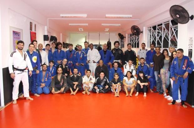 Ricson Allan com a turma de treinos e a família à direita (Foto: Orion Pires/G1)