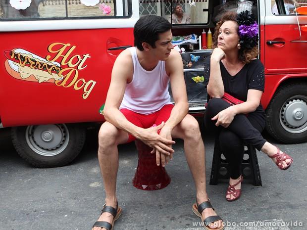 Sem perceber a presença da mãe, Félix conversa com Márcia (Foto: Carol Caminha / TV Globo)