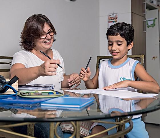 Ana Paula dos Anjos fazendo lição com seu filho Arthur (Foto: Stefano Martini/ÉPOCA)