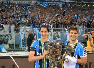 Geromel e Kannemann com a taça da Copa do Brasil  (Foto: Diego Guichard)