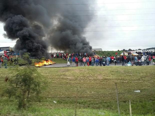De acordo com a PRF, cerca de 100 pessoas participam da manifestação ligada à luta por moradia (Foto: Divulgação/PRF)