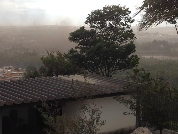 Fumaça marrom chamou atenção em início de ventania (Foto: Ricardo Welbert/G1)