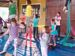 Crianças da escola de circo Além da Lona  (Foto: Roselaine Moutinho Cassalta de Toledo)
