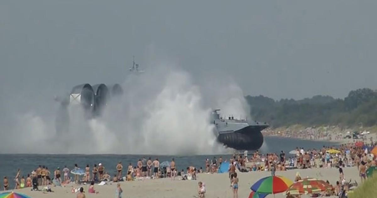Embarcação militar surge em praia e assusta turistas na Rússia