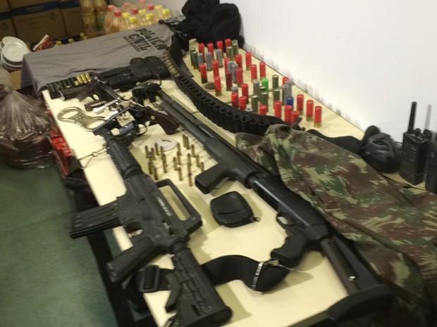 Armas, munição e rádios foram apreendidos pela Polícia Civil na operação desta quinta-feira (8) (Foto: Henrique Coelho/G1)