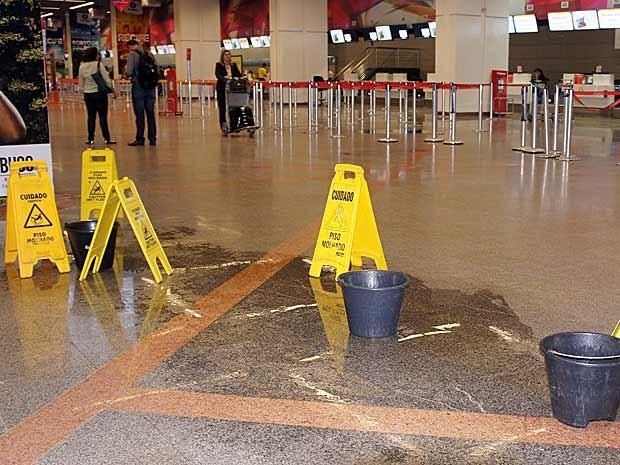Área isolada no Aeroporto JK  com poça d'água após chuvas (Foto: Ricardo Moreira/G1)