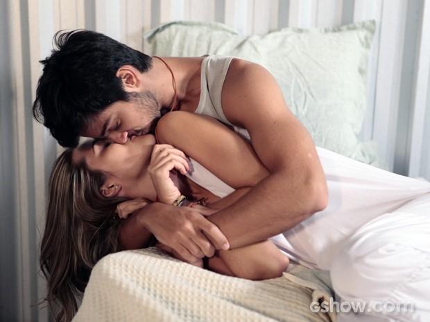 Marlon e Lili acordam aos beijos (Foto: Felipe Monteiro/TV Globo)