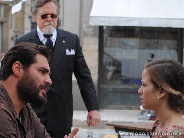 Que choque! Ernest chega e flagra os dois pombinhos (Foto: Joia Rara/TV Globo)