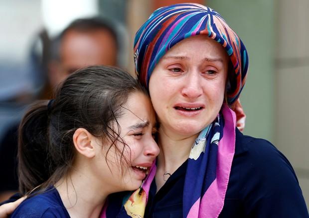 Mulher e filha se desesperam no necrotério de Istambul após confirmação de morte de parente (Foto: Osman Orsal/Reuters)