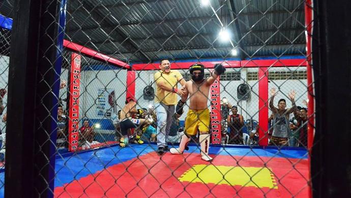 Mazinho festeja vitória no MMA (Foto: Emanuel Mendes Siqueira)