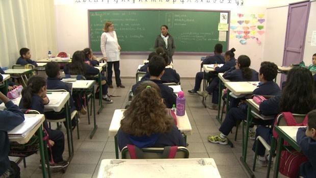 Na EMEF Professor Celso Leite Ribeiro Filho, a professora Esther Martins dá aula para duas crianças com síndrome de Down (Foto: Giaccomo Voccio)