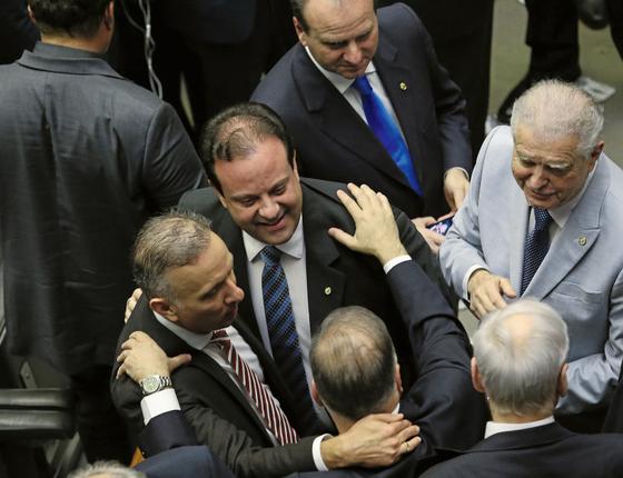 O líder do governo ,André Moura (de terno escuro gravata azul) com membros do centrão (Foto:  Adriano Machado/REUTERS)