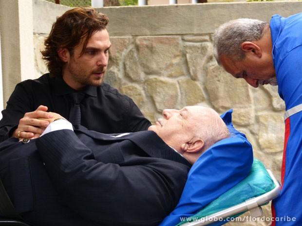 Alberto se desespera com o estado do avô (Foto: Flor do Caribe / TV Globo)