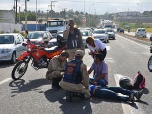 Vítimas caíram da moto quando passava pela BR 230, próximo à Comunidade Boa Esperança (Foto: Walter Paparazzo/G1)