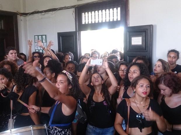Alunas da Rural ocuparam o prédio da Reitoria para cobrar mais segurança para as mulheres que estudam em Seropédica (Foto: Mariana Vieira/Arquivo Pessoal)