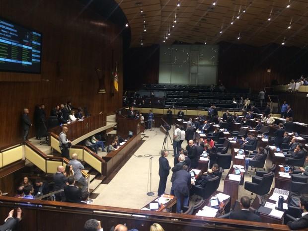 Votação de um dos projetos avançou pela madrugada desta quarta-feira  (Foto: Paulo Ledur/RBS TV)