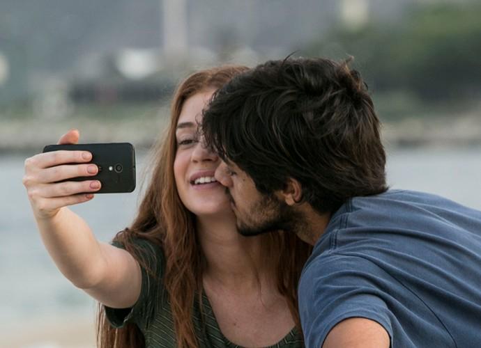 Jonatas tenta beijar Eliza (Foto: Raphael Dias / Gshow)