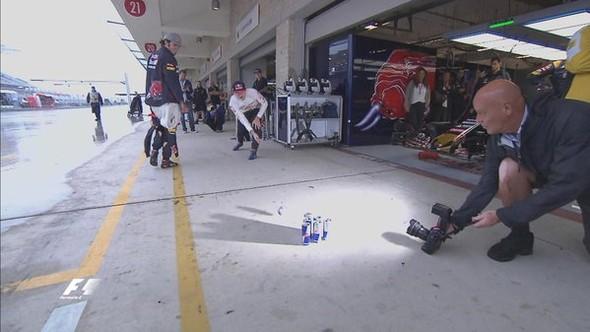 Max Verstappen joga boliche no paddock do GP dos EUA (Foto: Divulgação)