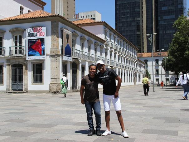 Wesley e Claudio começaram o passeio no Paço Imperial, na Praça XV (Foto: Luciana Lacerda / TV Globo)