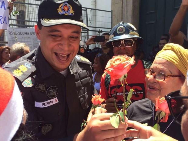 Policiais militares distribuem flores às manifestantes, na Alerj (Foto: Gabriel Barreira/ G1)